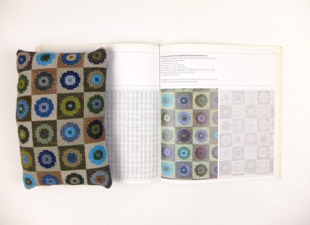 Geborduurd kussentje geometrische vormen uit boek