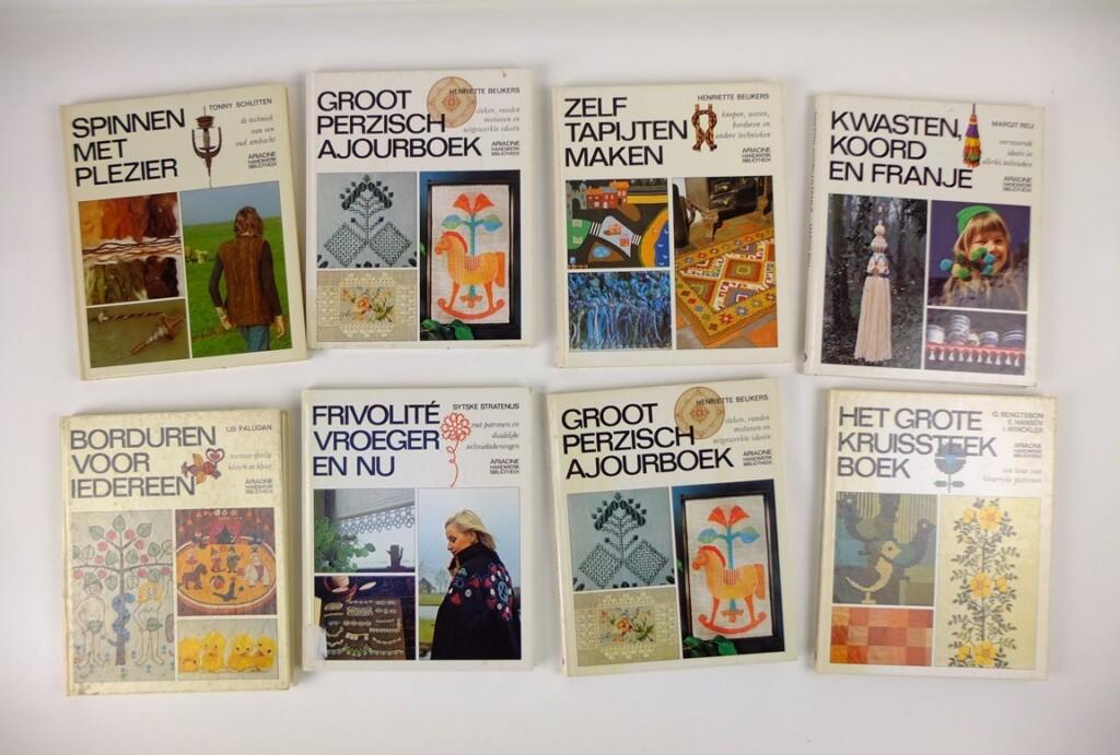 Acht boeken van Ariadne handwerkbibliotheek