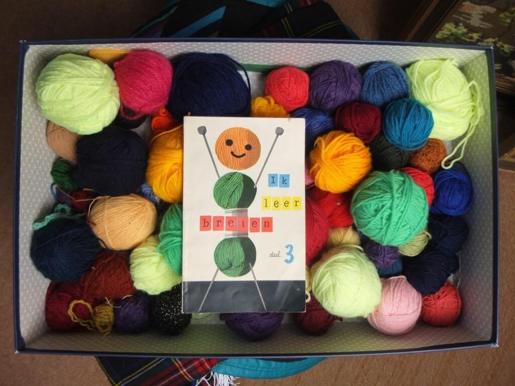 Boekje Ik leer breien en bolletjes wol