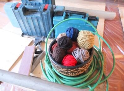 Bolletjes wol en gereedschap