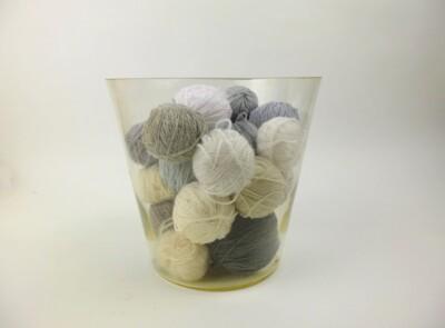 Bolletjes wol in glas