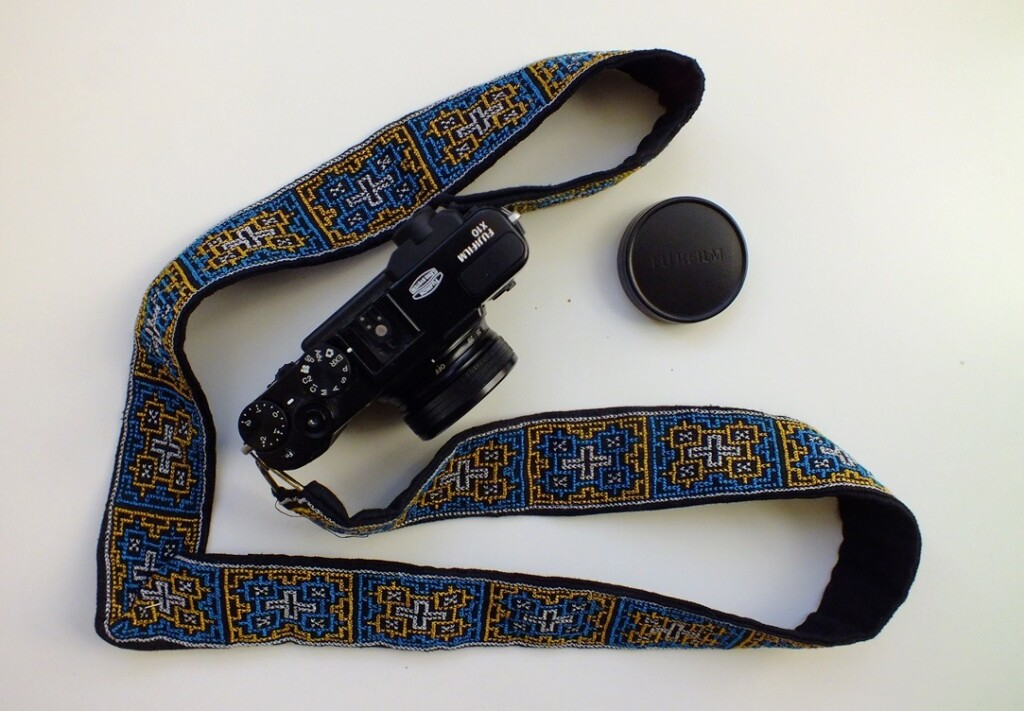 Fototoestel met geborduurde draagband