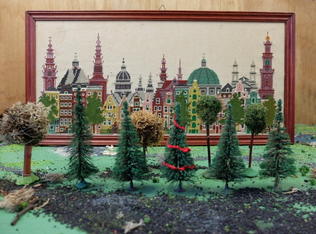 Geborduurd Amstrdam schilderij met marklin boompjes
