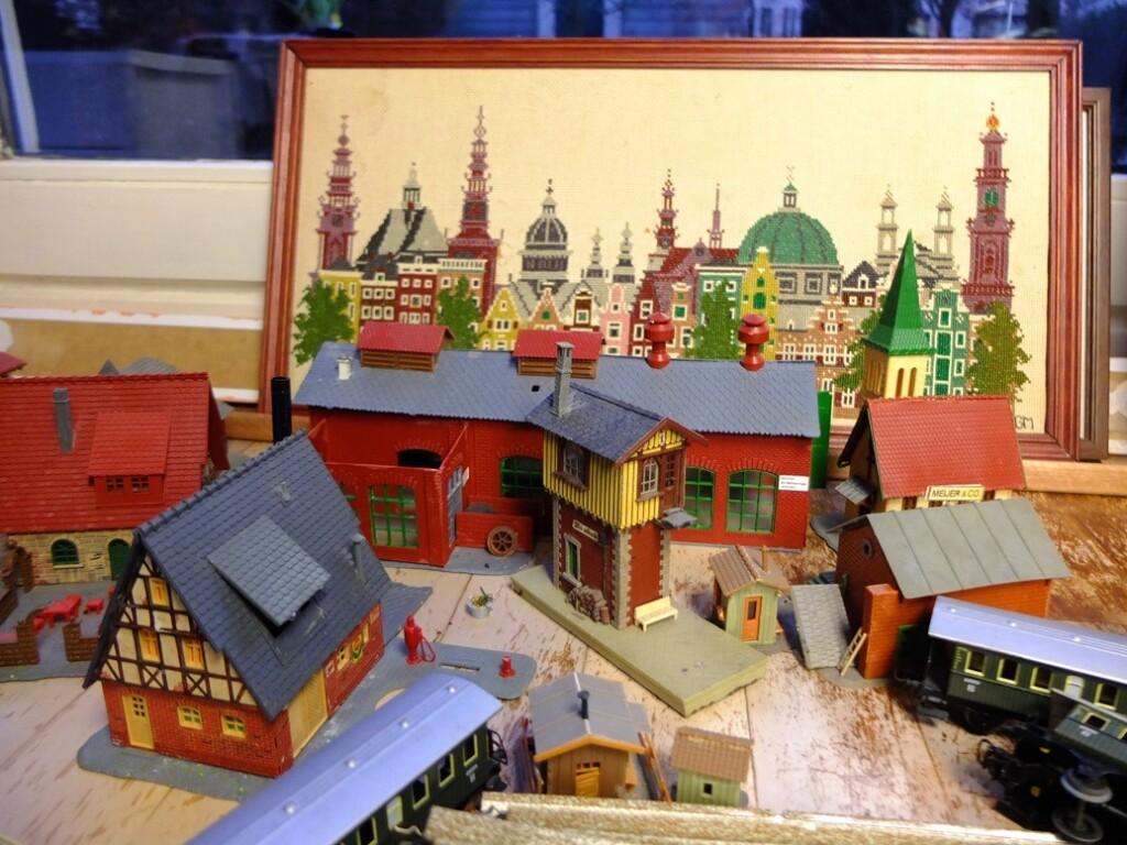 Geborduurd Amsterdam schilderij met Marklin huisjes