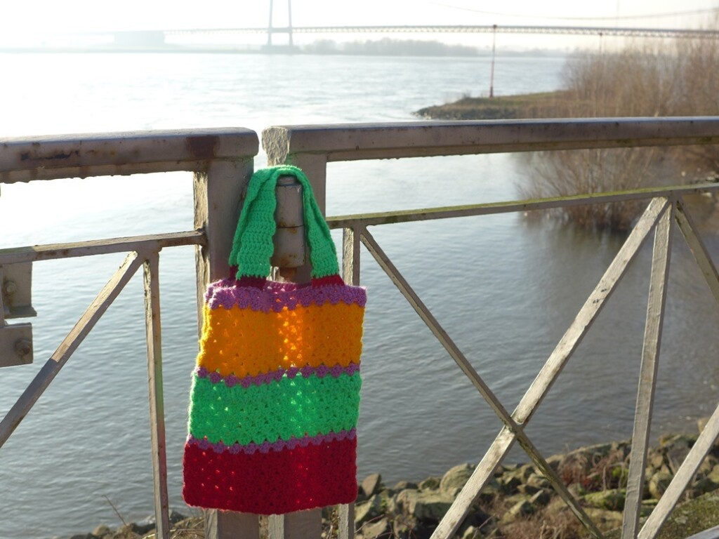 Gehaakt tasje aan brug