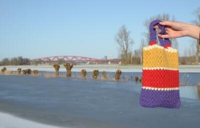 Gehaakt tasje bij hoog water IJssel