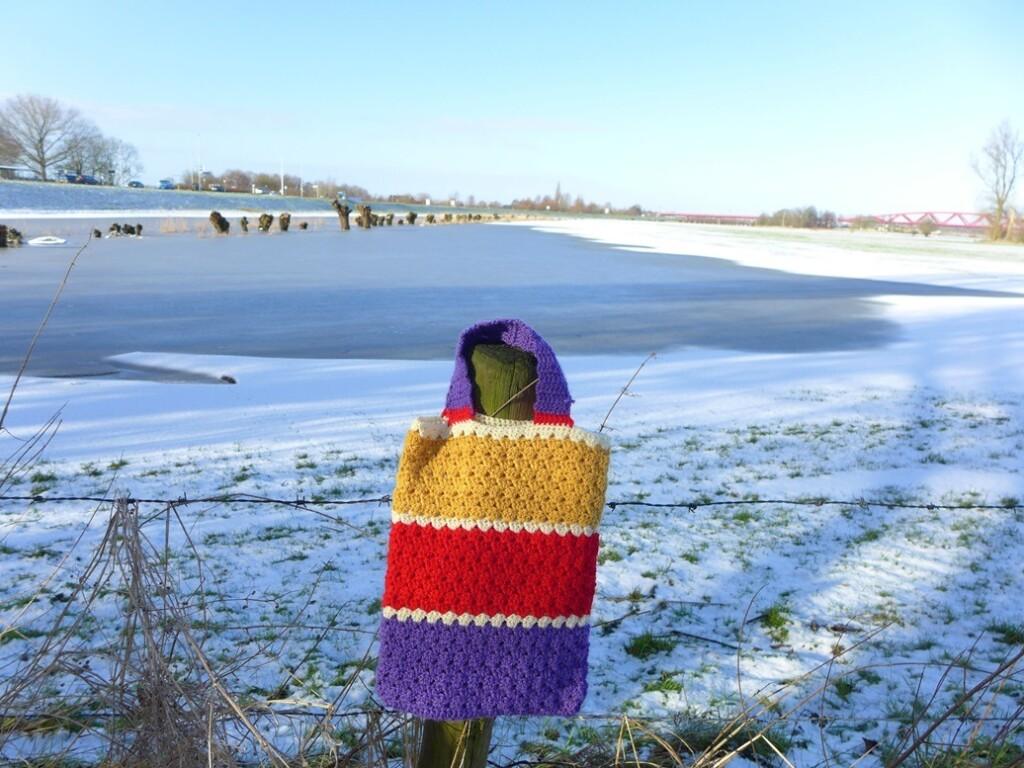 Gehaakt tasje bij winterlandschap IJssel
