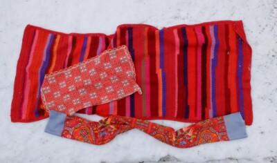 Gehaakte rode sjaal in sneeuw