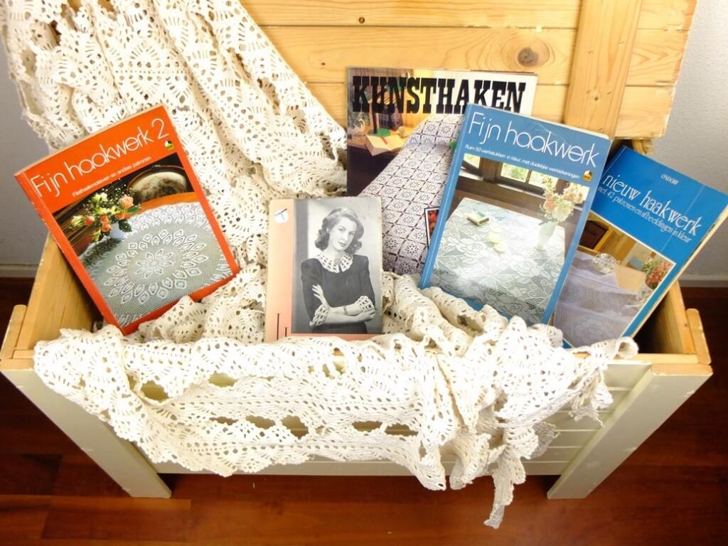 Kist met haakwerk en oude haakboeken