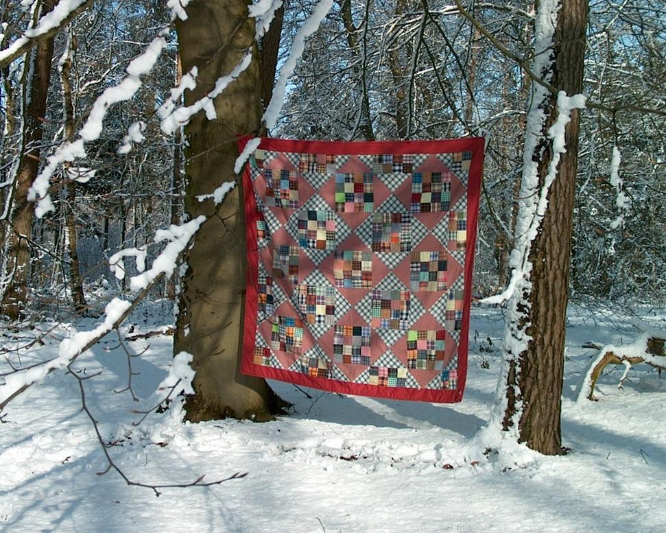 Quilt met ruitenlapjes in de sneeuw