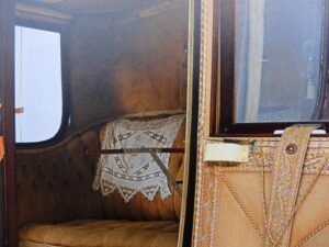 Afbeelding interieur oude auto uit catalogus Louwman