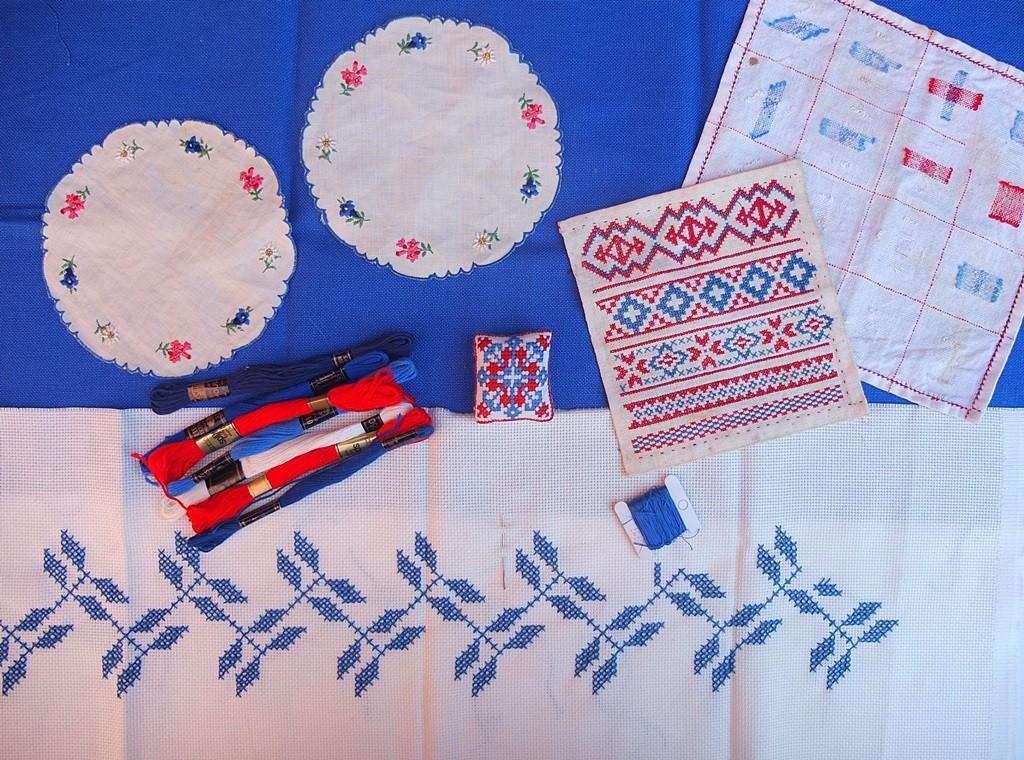 Diverse borduurwerkjes in rood en blauw