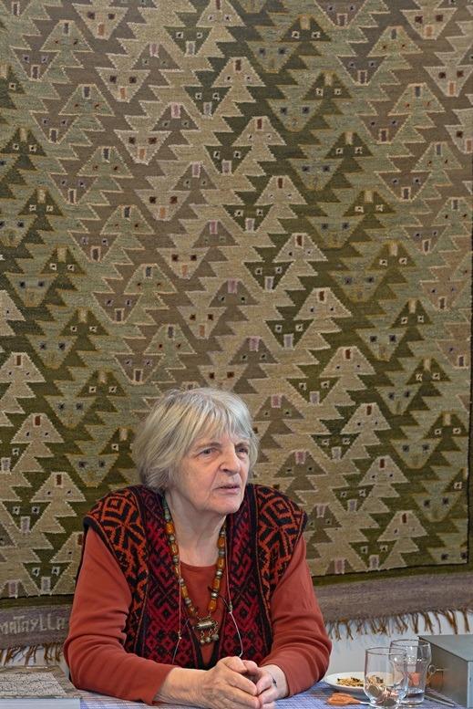 Henriette Beukers bij signeren boek Rondom Textiel