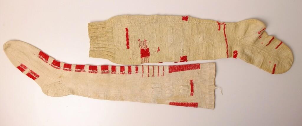 Oude gebreide sokken met ingemaasd rood