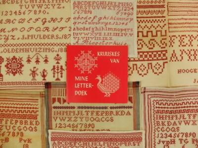 Oude merklappen en boekje Kruuskes van mine letterdoek
