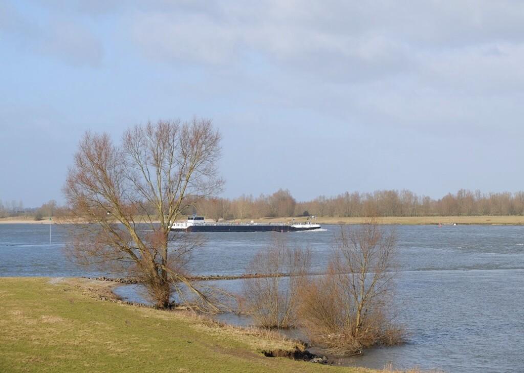Schip op Waal in februari
