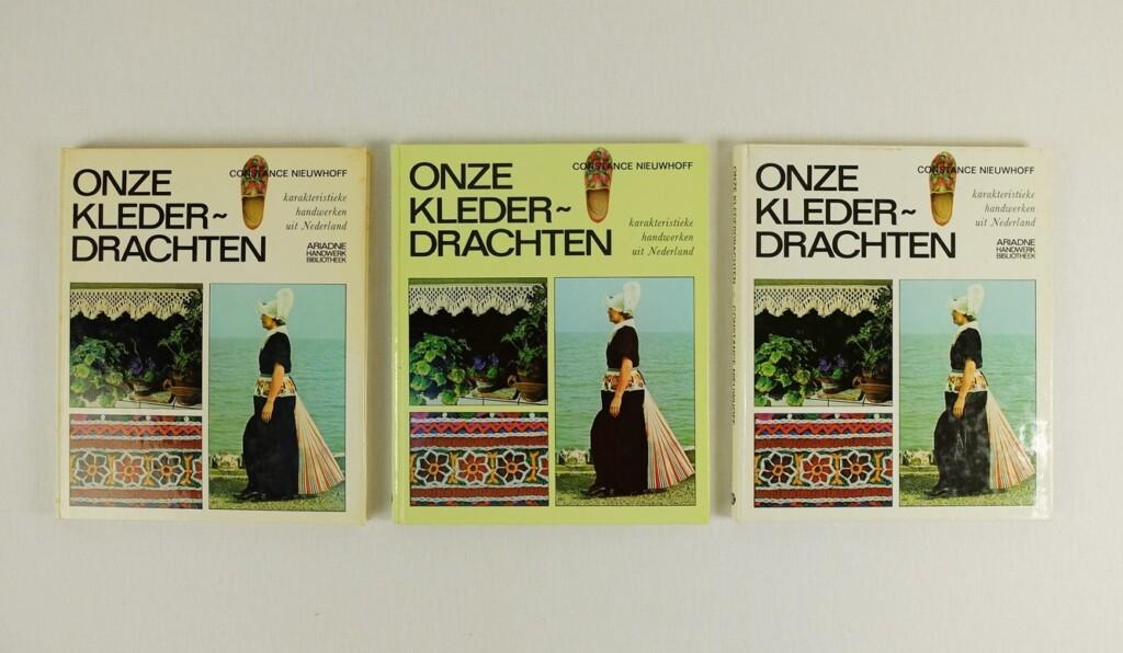 Drie boeken onze klederdrachten