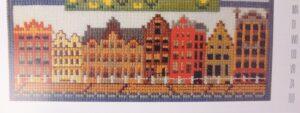 Geborduurde huizenrijtje uit borduurkalender Anna