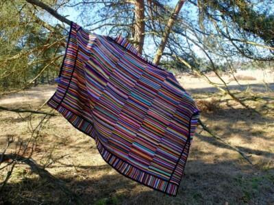Gehaakte deken over boomtak