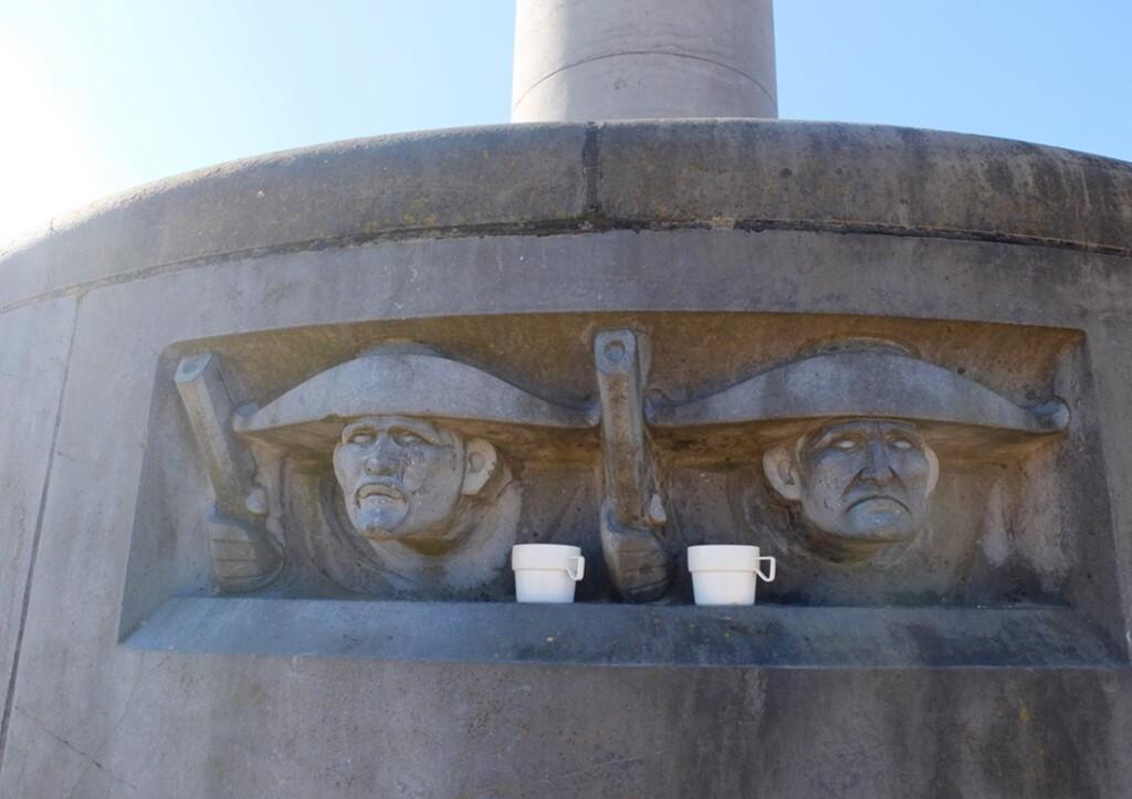 Kopjes op standbeeld