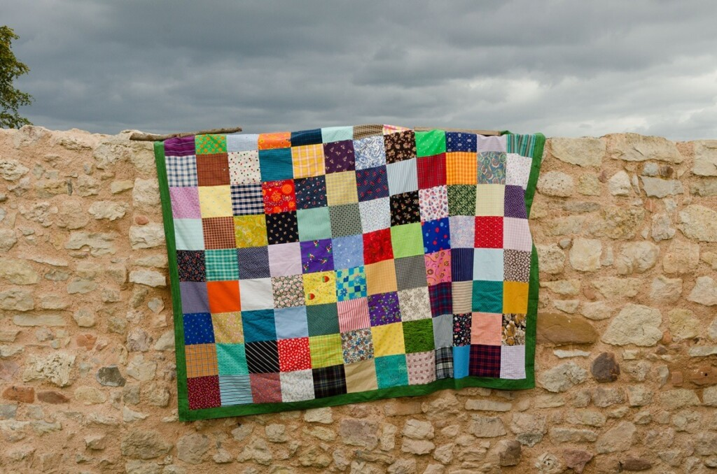 Patchwork picknickkleed over oude muur