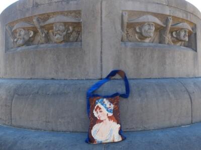 Tapisserietas bij standbeeld Generaal de Wet
