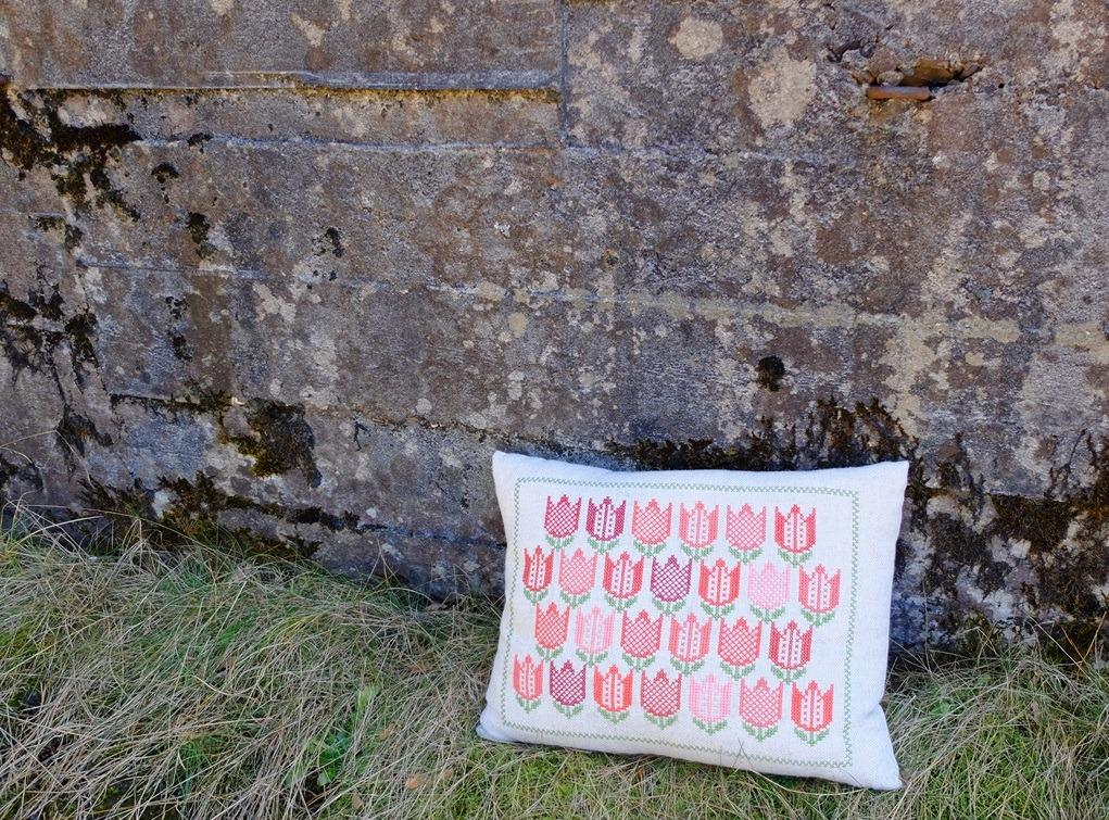 Tulpenkussen tegen oude muur