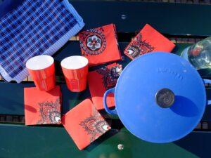 Blauwe pan met rode lapjes stof