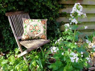 Geborduurd kussen in tuin