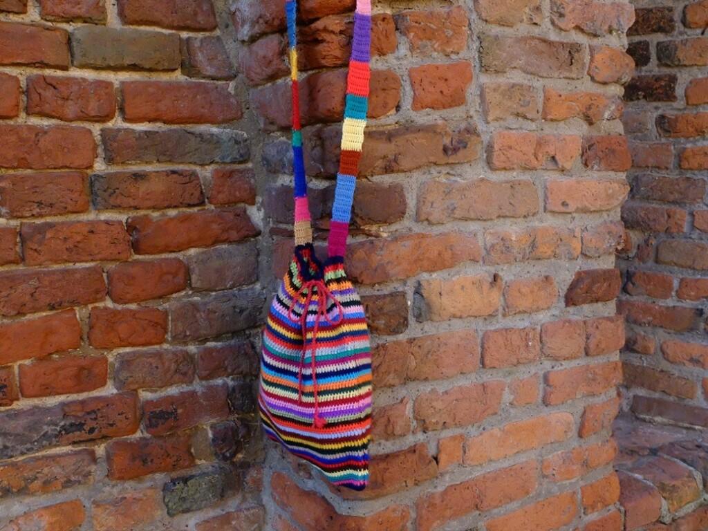Gehaakte tas aan stadsmuur