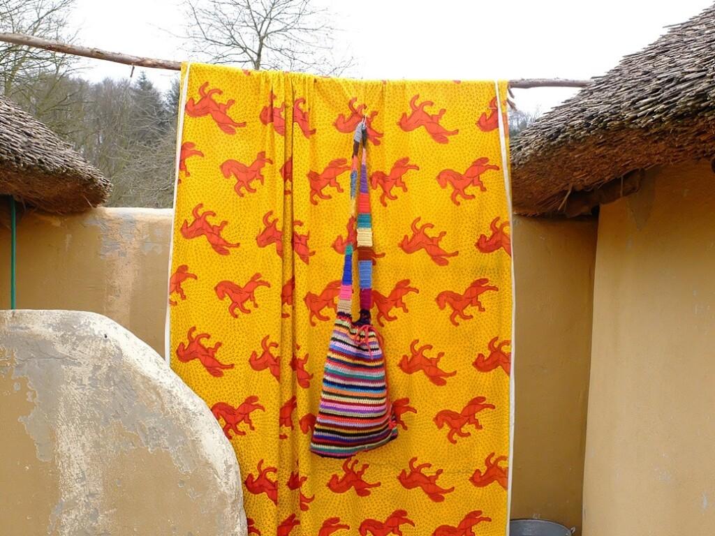 Gehaakte tas tegen Afrikaanse doek