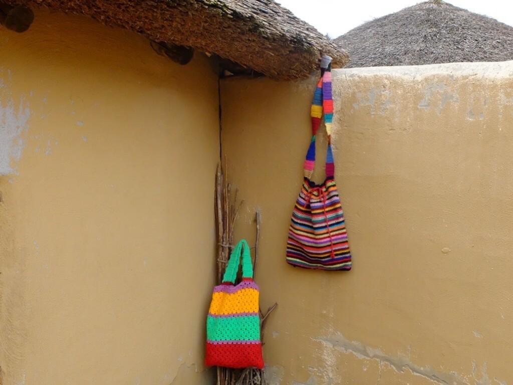 Gehaakte tassen in Afrika museum
