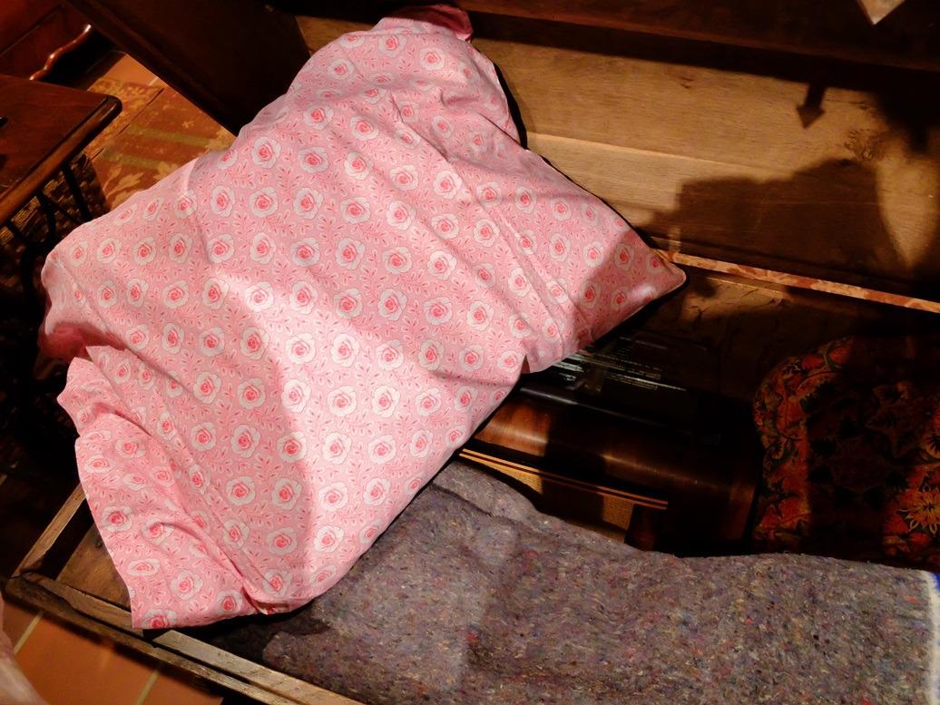 Kussen in dekenkist in museum