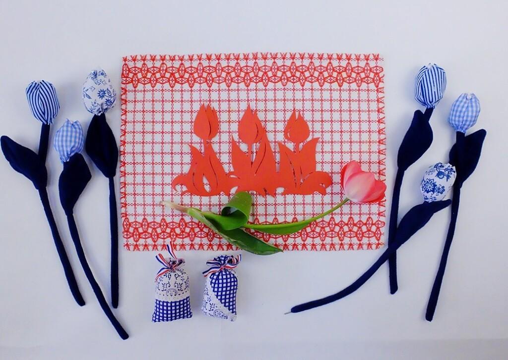 Rood doorstopkleedje met blauwe tulpen