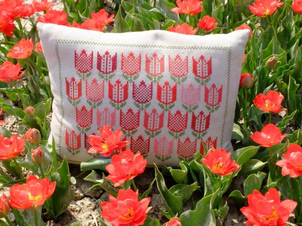 Tulpenkussen tussen bloeiende tulpen