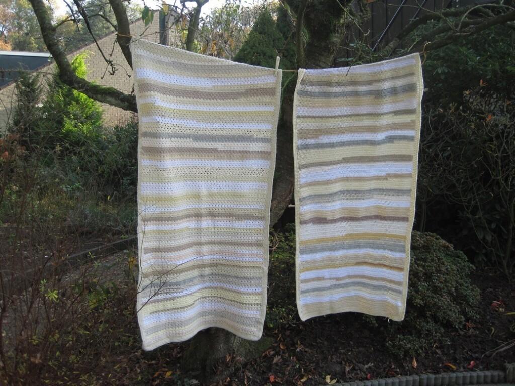 Twee gehaakte omslagdoeken