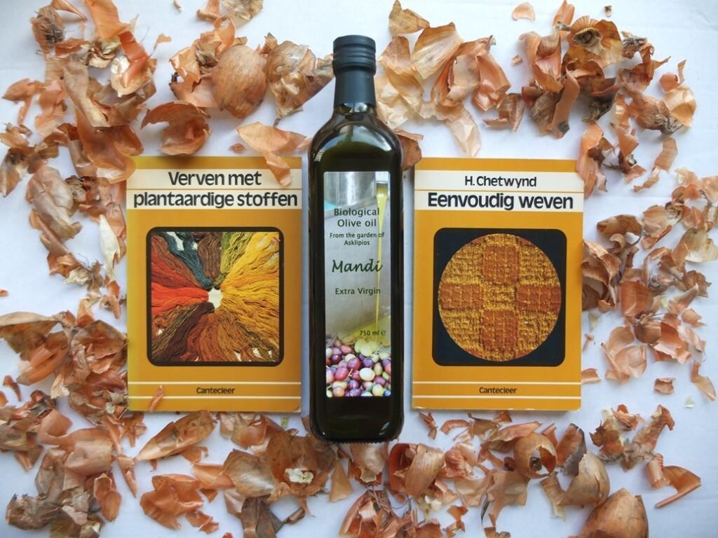 Twee handwerkboekjes en fles olijfolie