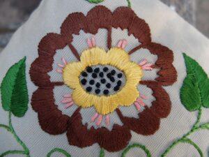 Geborduurde bloem in platsteek