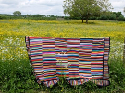 Gehaakte deken over prikkeldraad