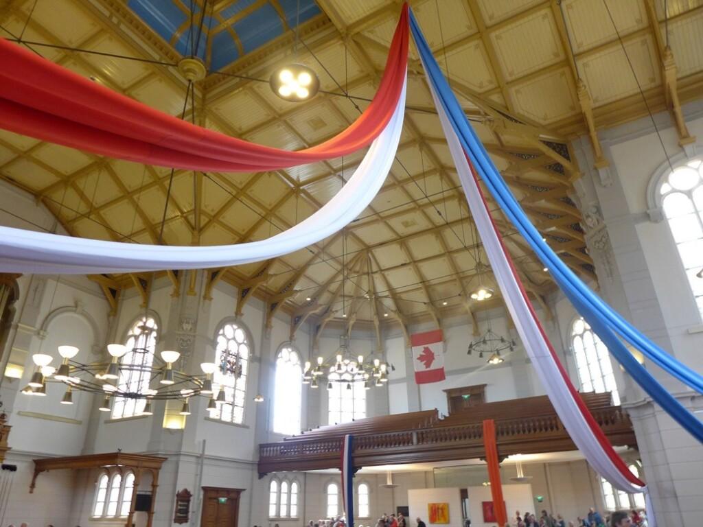 Grote Kerk Apeldoorn versierd met rood wit blauw