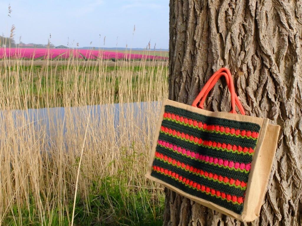 Jute tas met haakwerk aan boom