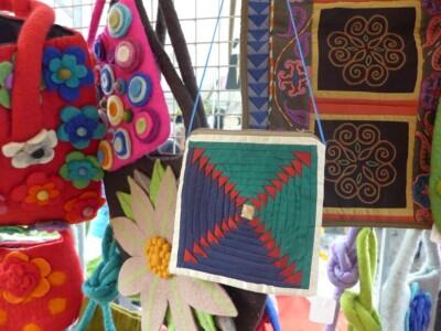 Tasje met patchwork aan marktkraam