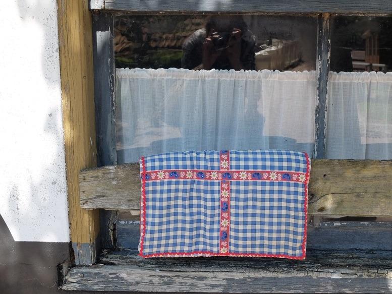 Blauw kussentje voor oud raam