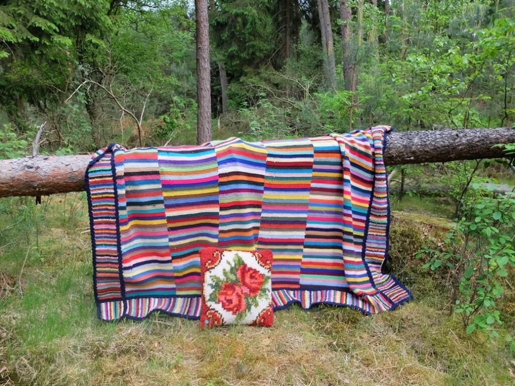 Gehaakte deken over boomstam