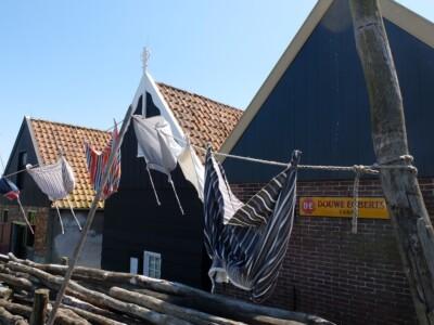 Klederdracht rokkken aan waslijn in Zuiderzeemuseum