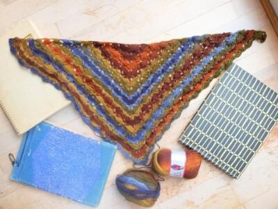 Oude fotoboeken en gehaakte sjaal