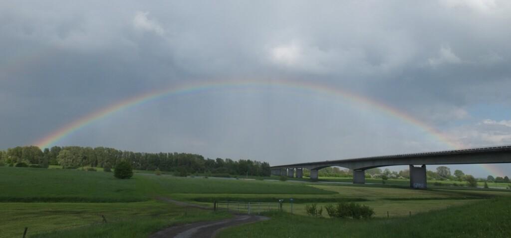 Regenboog boven brug over IJssel