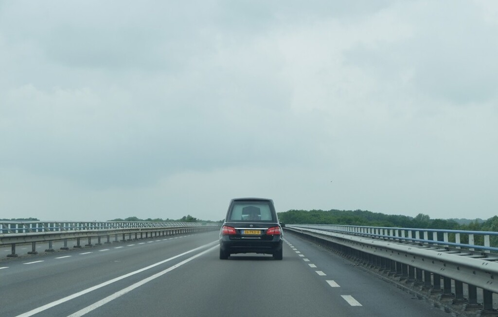 Rouwauto over brug