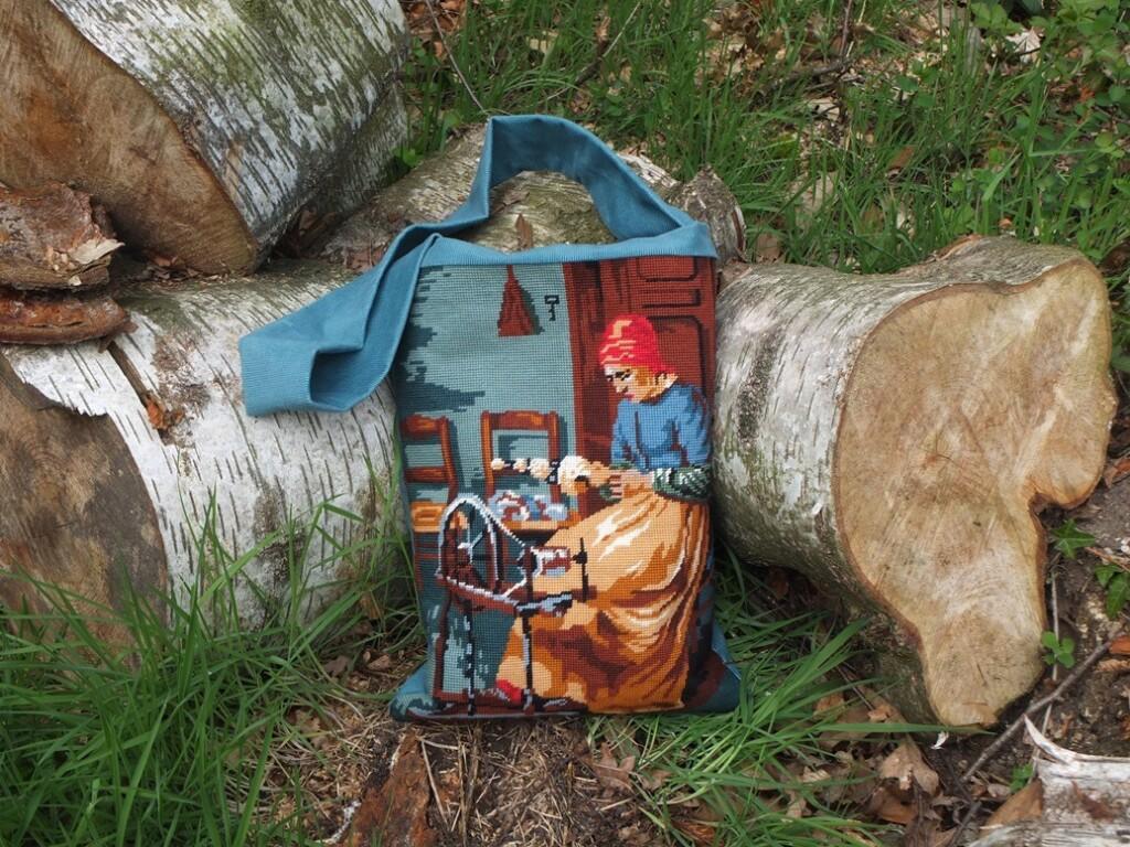 Tapisserietas bij boomstammen