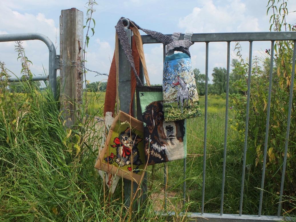 Tapisserietassen aan hek